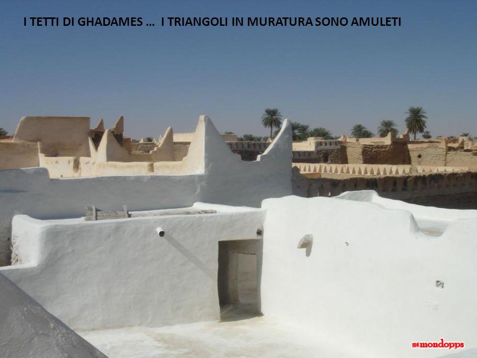 I TETTI DI GHADAMES … I TRIANGOLI IN MURATURA SONO AMULETI