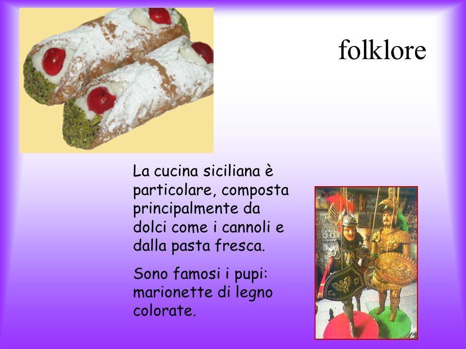 folklore La cucina siciliana è particolare, composta principalmente da dolci come i cannoli e dalla pasta fresca.