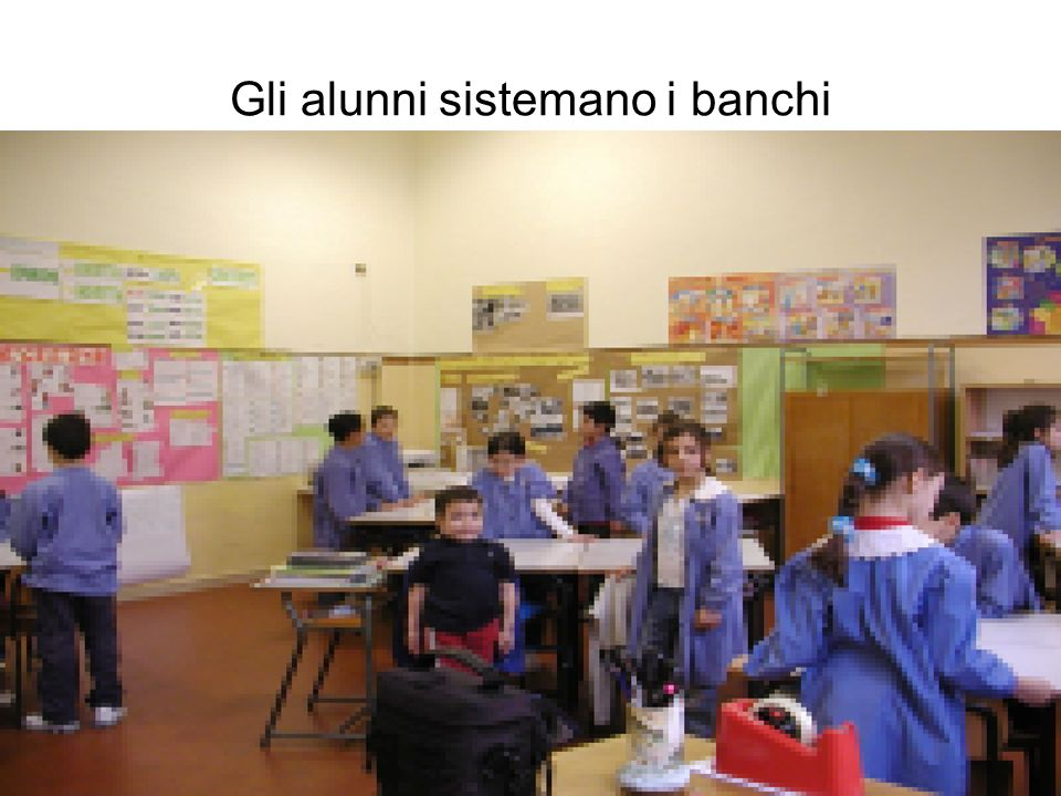 Gli alunni sistemano i banchi