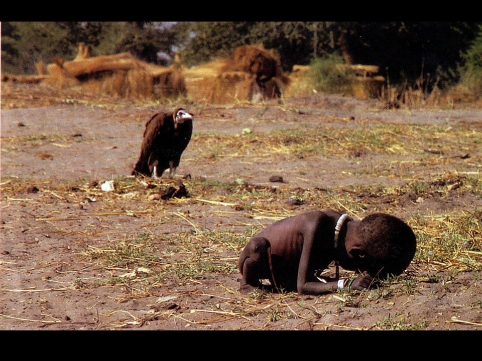 Foto premio Pulitzer 1994, scattata in Sudan da Kevin Carter, morto suicida tre mesi dopo, a causa della depressione.