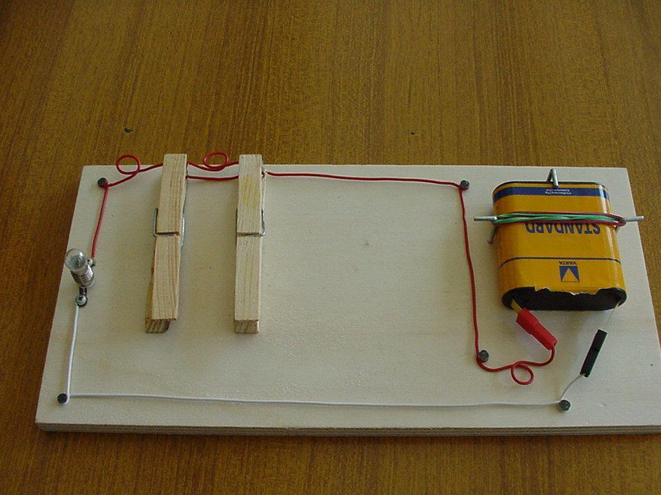 Circuito OR Il circuito OR fa parte dei circuiti logici su cui si basa il funzionamento dei computer.