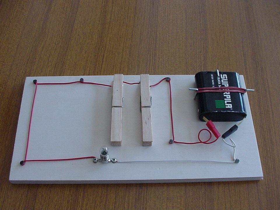 Circuito AND Il circuito AND è alla base di tutti i circuiti elettronici che ci sono in un computer.