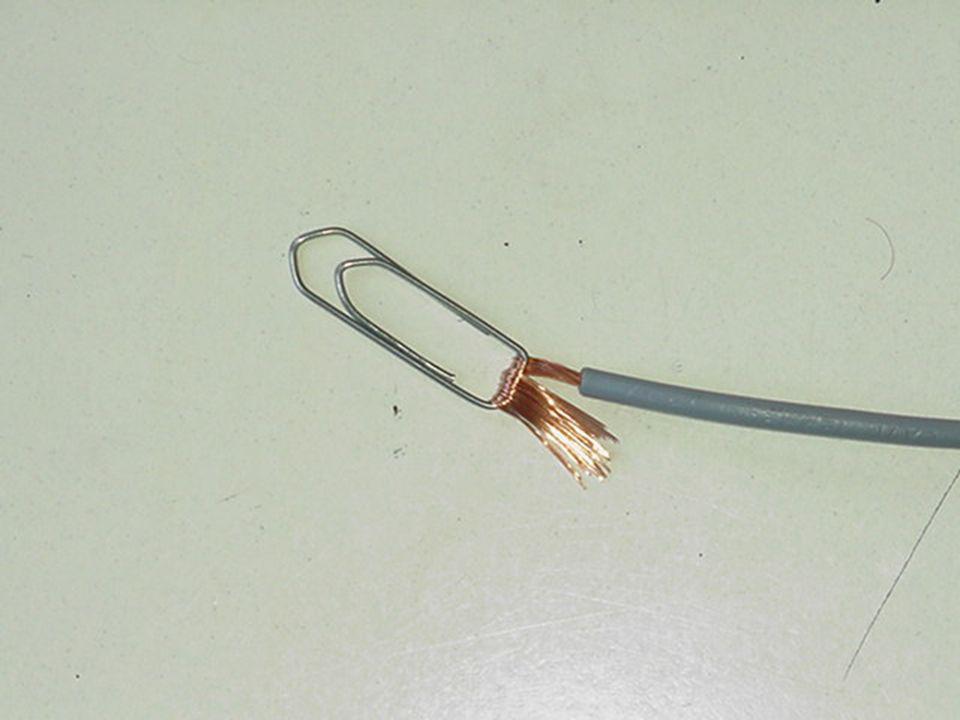 Come creare un collegamento elettrico stabile su una batteria piatta da 4,5 volt con delle normali attache non plastificate