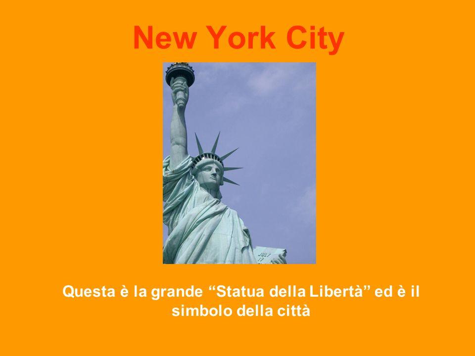 Questa è la grande Statua della Libertà ed è il simbolo della città