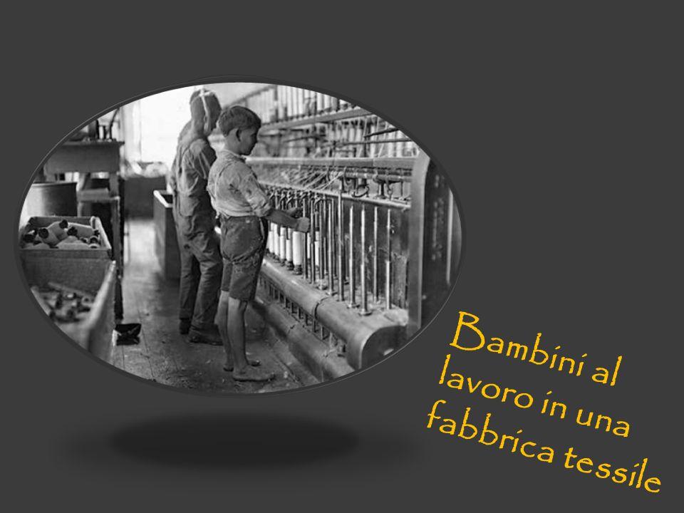 Bambini al lavoro in una fabbrica tessile