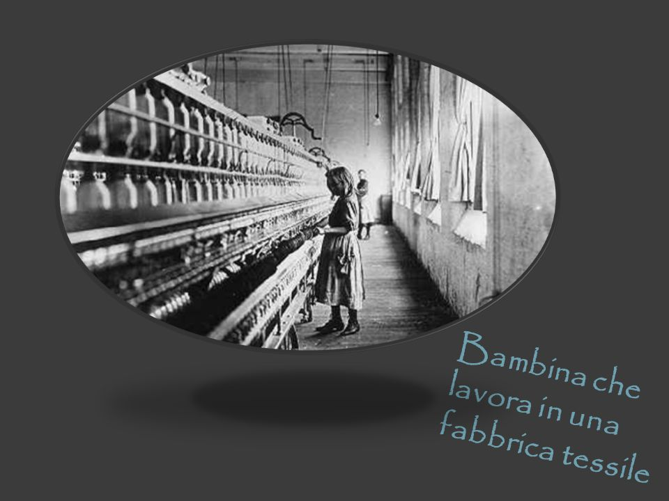 Bambina che lavora in una fabbrica tessile