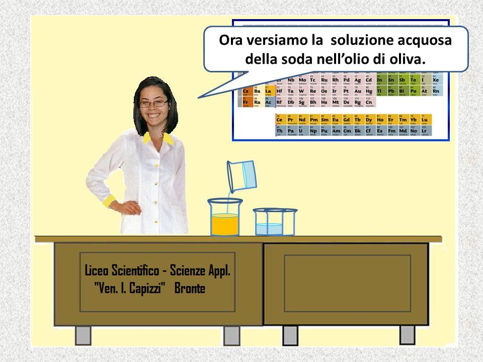 Ora versiamo la soluzione acquosa della soda nell'olio di oliva.
