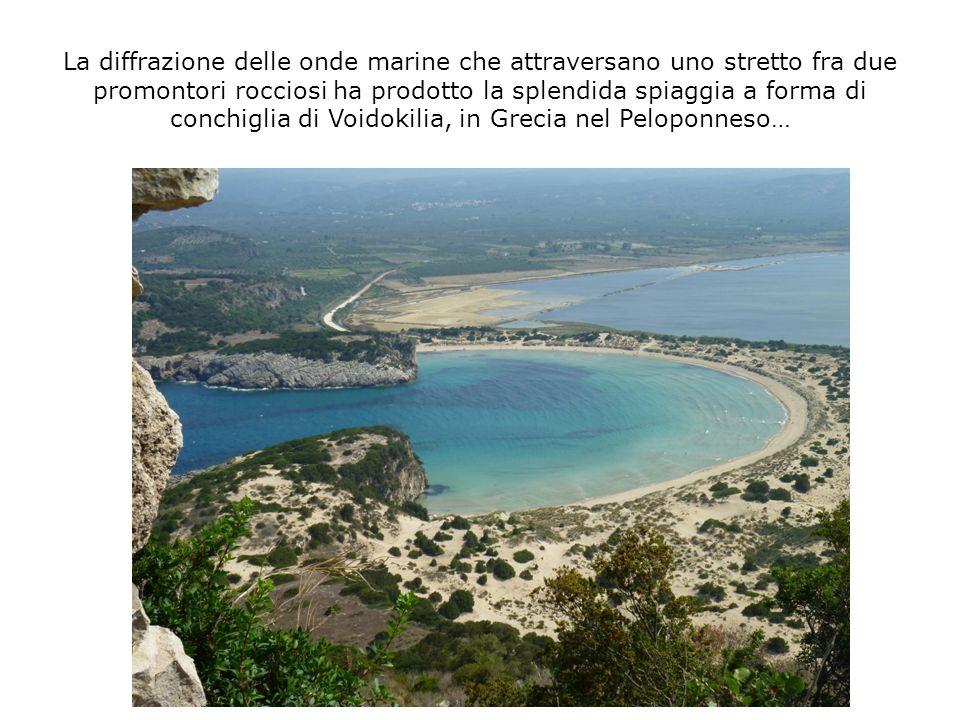 La diffrazione delle onde marine che attraversano uno stretto fra due promontori rocciosi ha prodotto la splendida spiaggia a forma di conchiglia di Voidokilia, in Grecia nel Peloponneso…