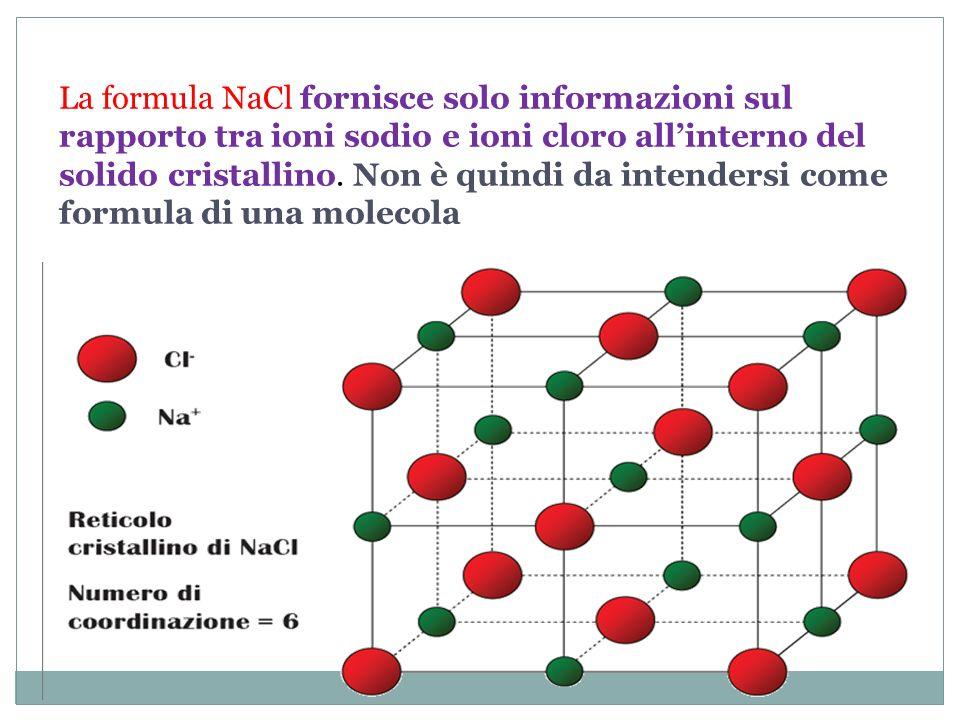 La formula NaCl fornisce solo informazioni sul rapporto tra ioni sodio e ioni cloro all'interno del solido cristallino.