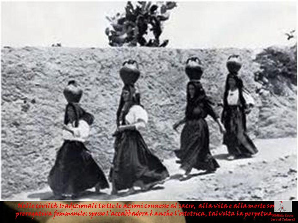 Nelle civiltà tradizionali tutte le azioni connesse al sacro, alla vita e alla morte sono prerogativa femminile: spesso l'accabbadora è anche l'ostetrica, talvolta la perpetua….