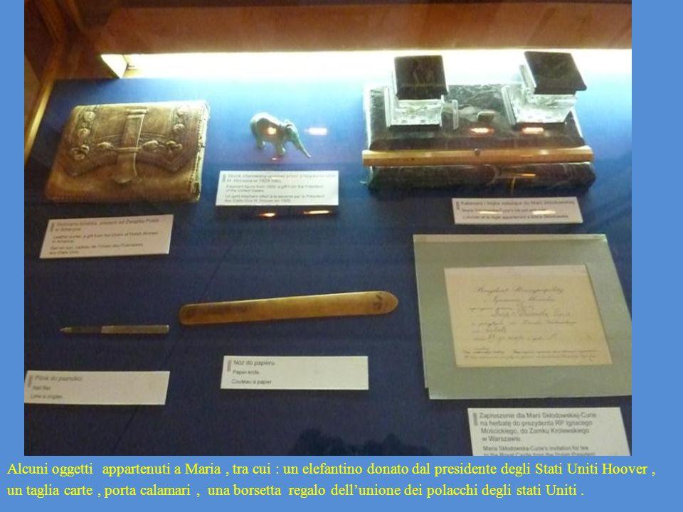 Alcuni oggetti appartenuti a Maria , tra cui : un elefantino donato dal presidente degli Stati Uniti Hoover , un taglia carte , porta calamari , una borsetta regalo dell'unione dei polacchi degli stati Uniti .
