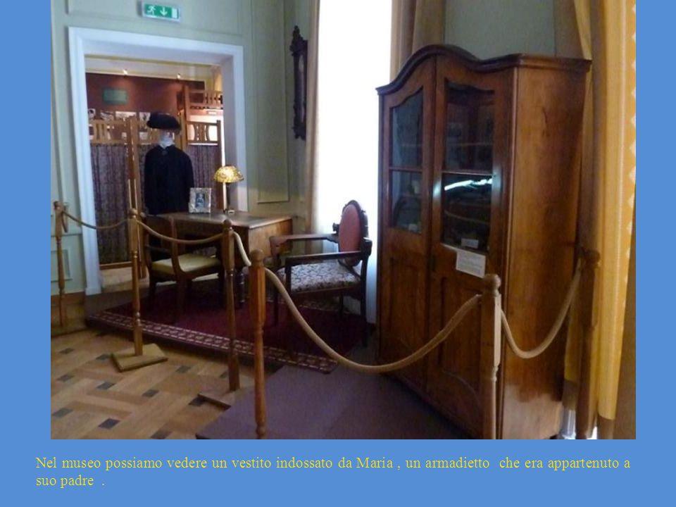 Nel museo possiamo vedere un vestito indossato da Maria , un armadietto che era appartenuto a suo padre .