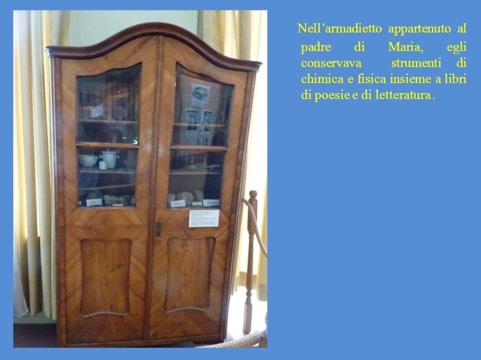Nell'armadietto appartenuto al padre di Maria, egli conservava strumenti di chimica e fisica insieme a libri di poesie e di letteratura .