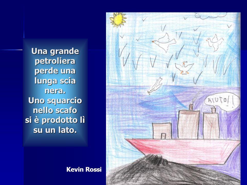 Una grande petroliera perde una lunga scia nera