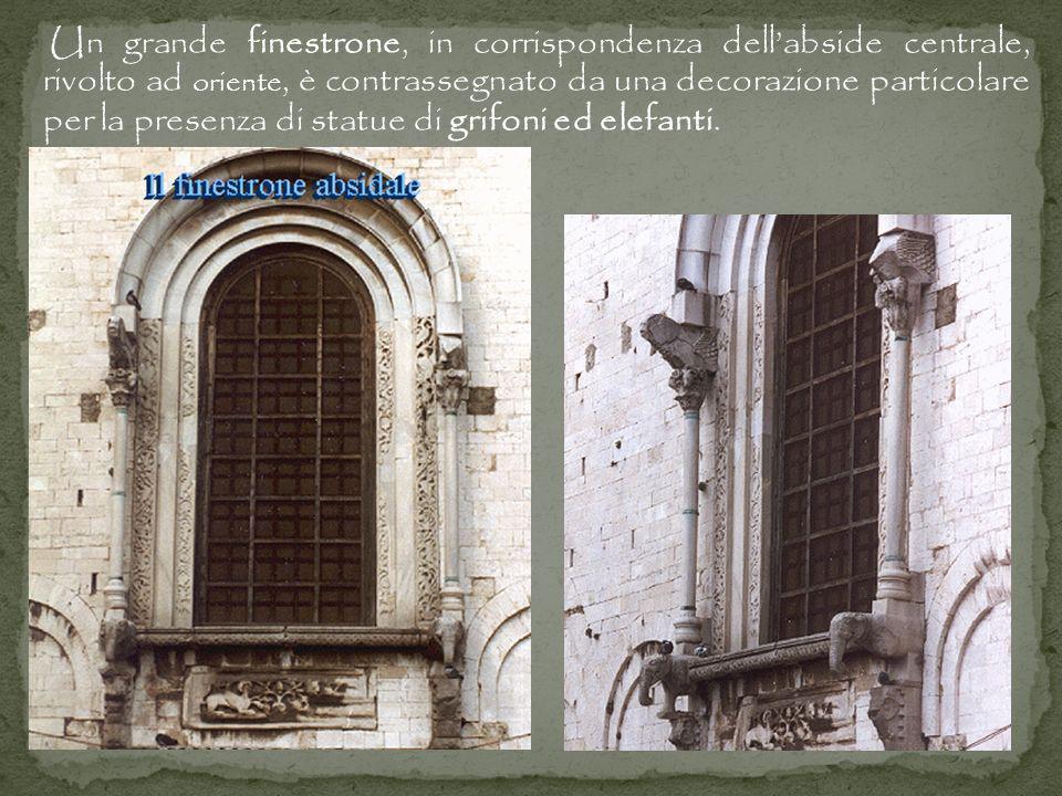Un grande finestrone, in corrispondenza dell'abside centrale, rivolto ad oriente, è contrassegnato da una decorazione particolare per la presenza di statue di grifoni ed elefanti.