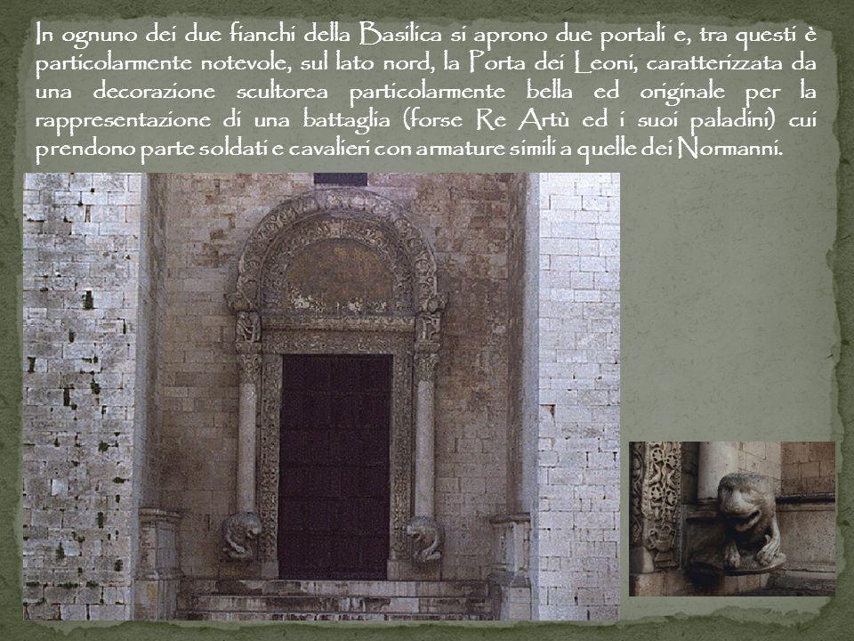 In ognuno dei due fianchi della Basilica si aprono due portali e, tra questi è particolarmente notevole, sul lato nord, la Porta dei Leoni, caratterizzata da una decorazione scultorea particolarmente bella ed originale per la rappresentazione di una battaglia (forse Re Artù ed i suoi paladini) cui prendono parte soldati e cavalieri con armature simili a quelle dei Normanni.
