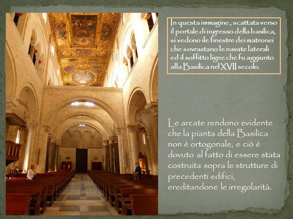 In questa immagine , scattata verso il portale di ingresso della basilica, si vedono ile finestre dei matronei che sovrastano le navate laterali ed il soffitto ligne che fu aggiunto alla Basilica nel XVII secolo.