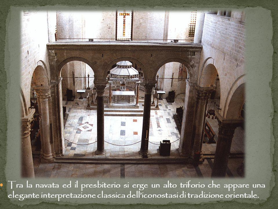 Tra la navata ed il presbiterio si erge un alto triforio che appare una elegante interpretazione classica dell'iconostasi di tradizione orientale.