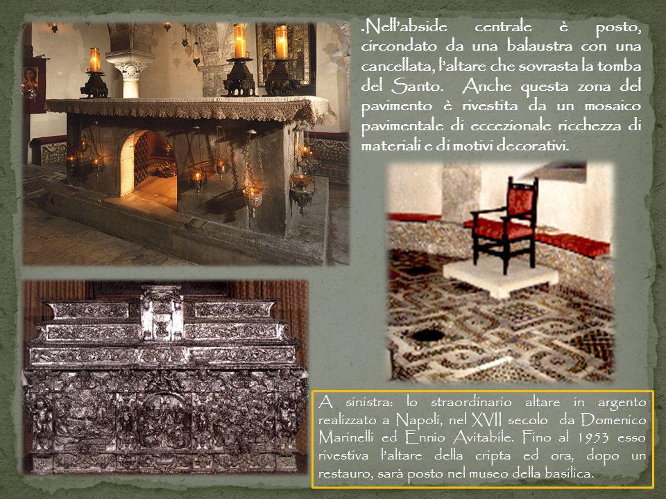 .Nell'abside centrale è posto, circondato da una balaustra con una cancellata, l'altare che sovrasta la tomba del Santo. Anche questa zona del pavimento è rivestita da un mosaico pavimentale di eccezionale ricchezza di materiali e di motivi decorativi.