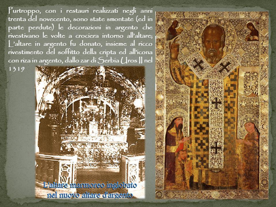 Purtroppo, con i restauri realizzati negli anni trenta del novecento, sono state smontate (ed in parte perdute) le decorazioni in argento che rivestivano le volte a crociera intorno all'altare; L'altare in argento fu donato, insieme al ricco rivestimento del soffitto della cripta ed all'icona con riza in argento, dallo zar di Serbia Uros II nel 1319