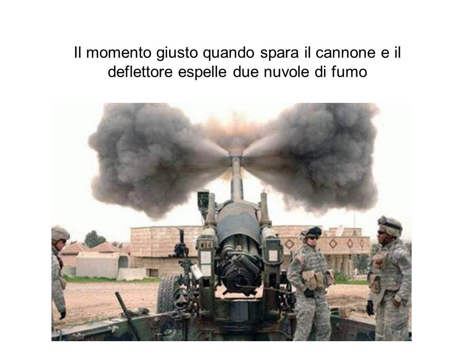 Il momento giusto quando spara il cannone e il deflettore espelle due nuvole di fumo