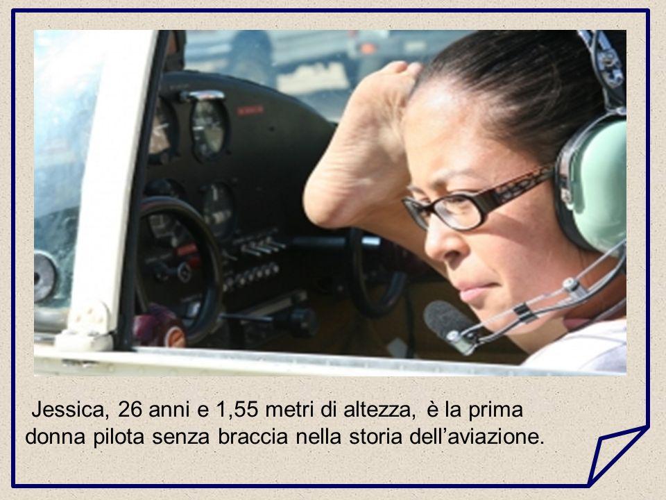Jessica, 26 anni e 1,55 metri di altezza, è la prima donna pilota senza braccia nella storia dell'aviazione.