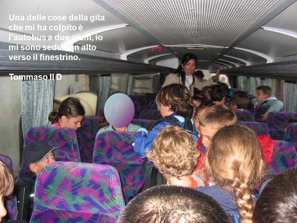 Una delle cose della gita che mi ha colpito è l'autobus a due piani, io mi sono seduto in alto verso il finestrino.