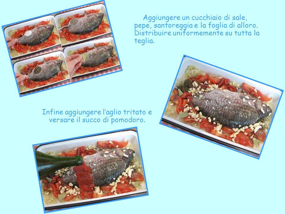 Infine aggiungere l'aglio tritato e versare il succo di pomodoro.