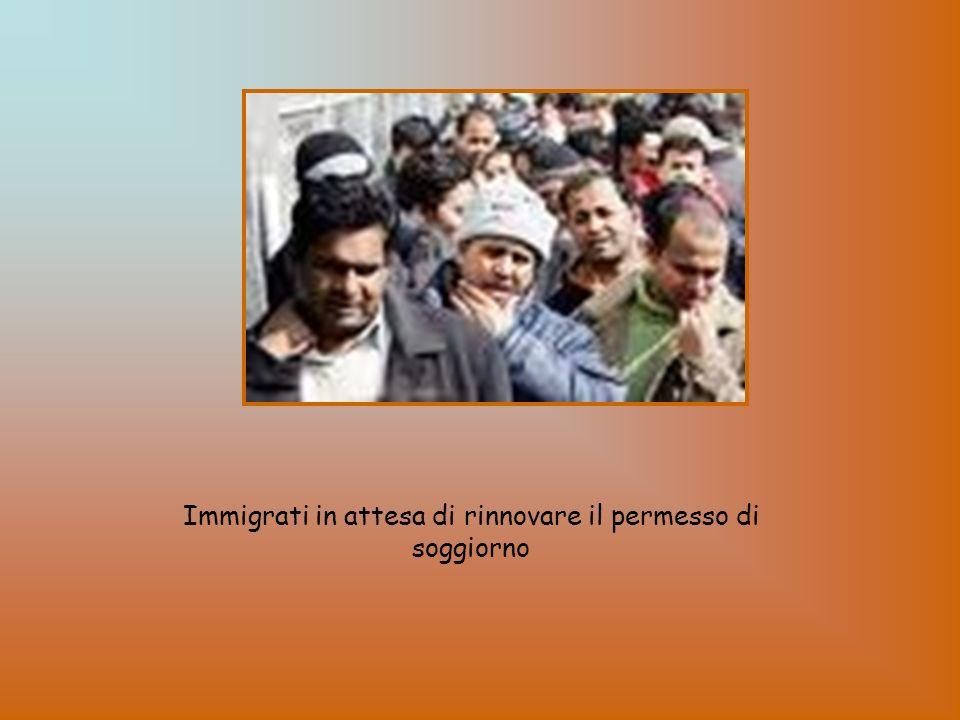 Immigrati in attesa di rinnovare il permesso di soggiorno