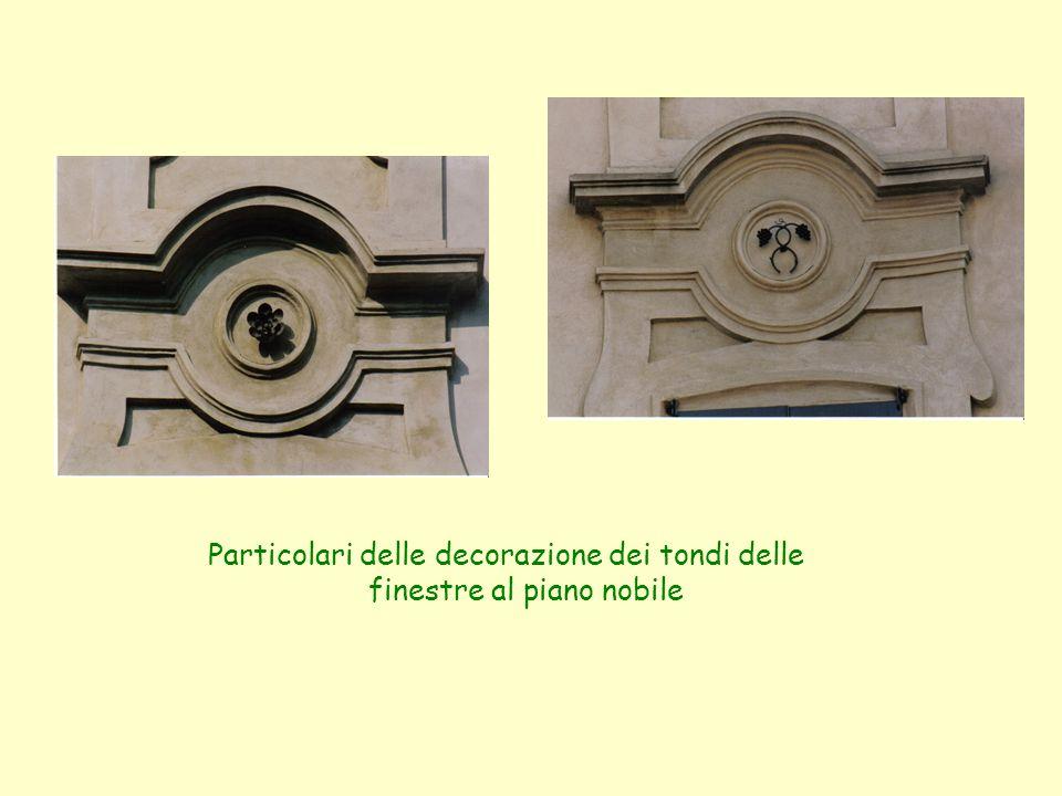 Particolari delle decorazione dei tondi delle finestre al piano nobile