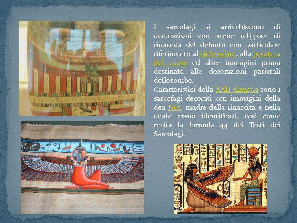 I sarcofagi si arricchiscono di decorazioni con scene religiose di rinascita del defunto con particolare riferimento al ciclo solare, alla pesatura del cuore ed altre immagini prima destinate alle decorazioni parietali delle tombe.