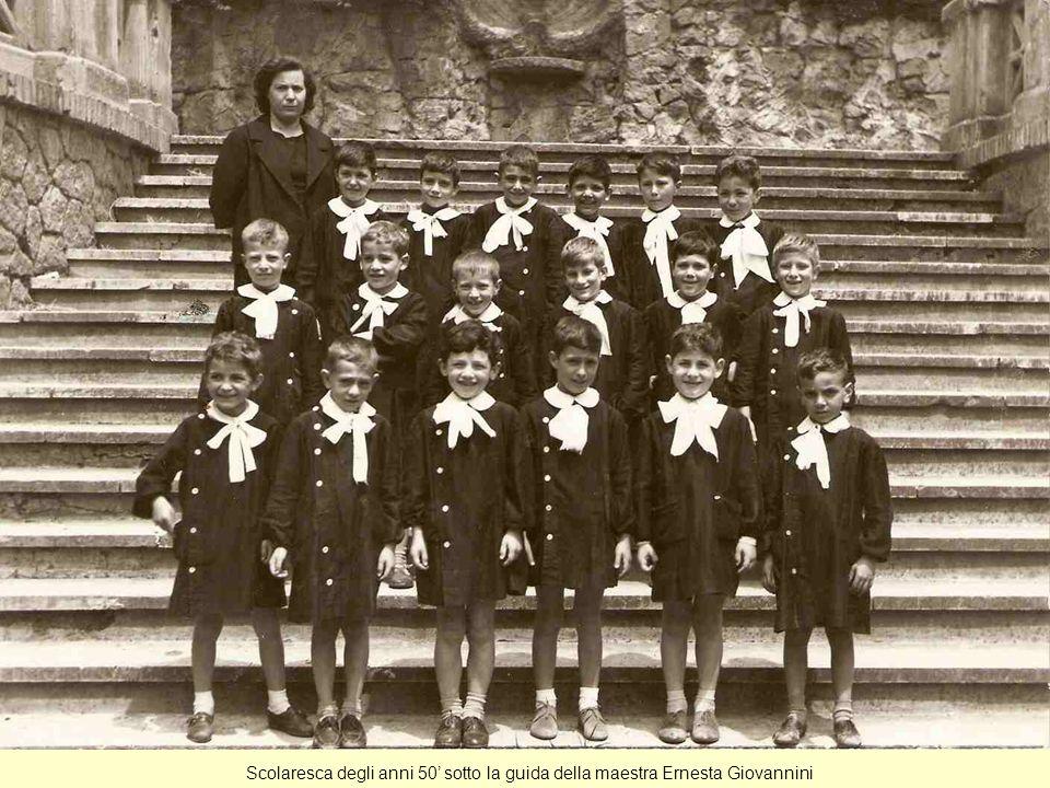 Scolaresca degli anni 50' sotto la guida della maestra Ernesta Giovannini