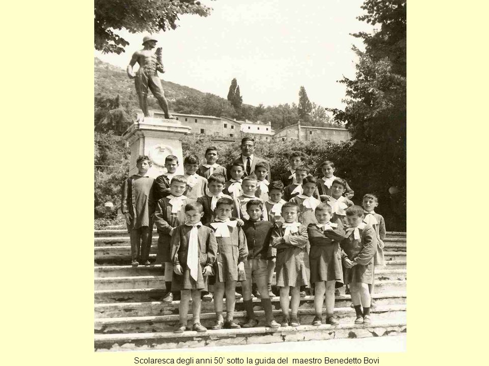 Scolaresca degli anni 50' sotto la guida del maestro Benedetto Bovi