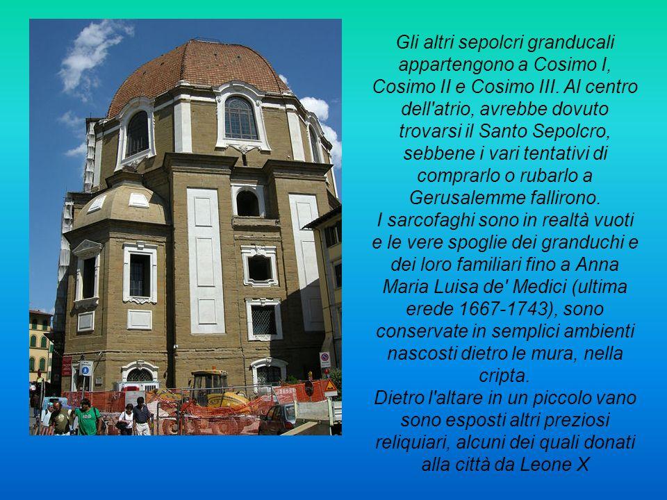 Gli altri sepolcri granducali appartengono a Cosimo I, Cosimo II e Cosimo III. Al centro dell atrio, avrebbe dovuto trovarsi il Santo Sepolcro, sebbene i vari tentativi di comprarlo o rubarlo a Gerusalemme fallirono.