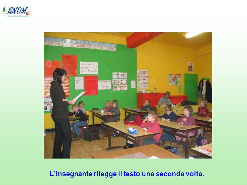 L'insegnante rilegge il testo una seconda volta.