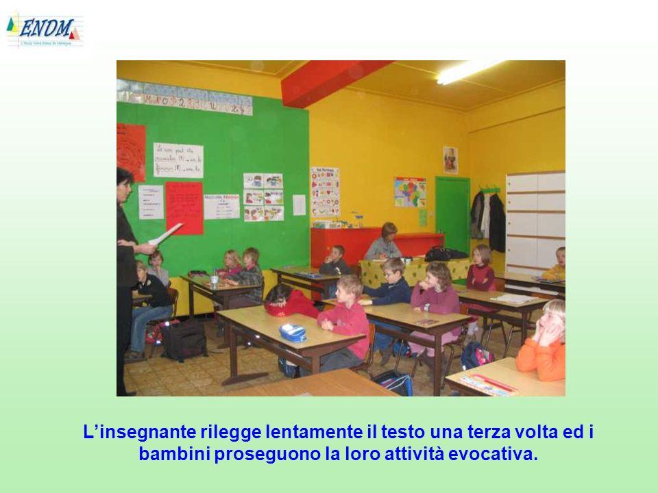 L'insegnante rilegge lentamente il testo una terza volta ed i bambini proseguono la loro attività evocativa.
