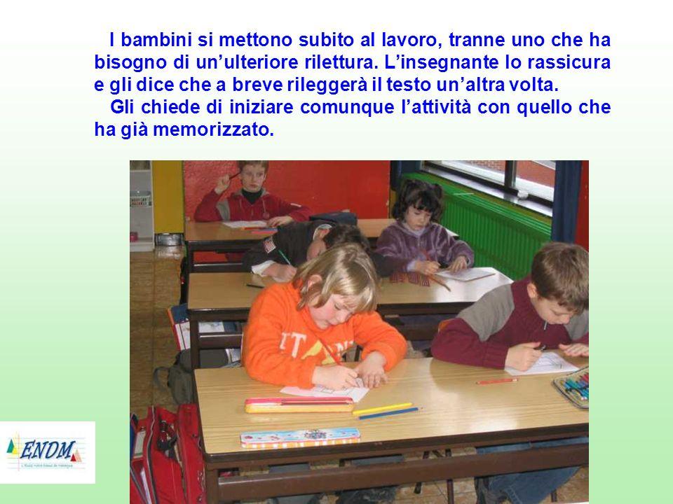 I bambini si mettono subito al lavoro, tranne uno che ha bisogno di un'ulteriore rilettura. L'insegnante lo rassicura e gli dice che a breve rileggerà il testo un'altra volta.
