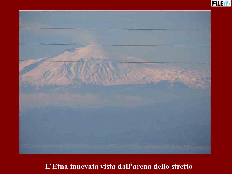 L'Etna innevata vista dall'arena dello stretto
