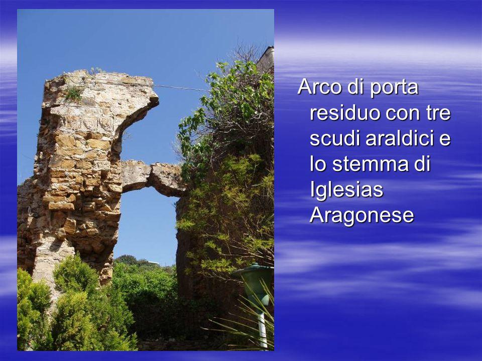 Arco di porta residuo con tre scudi araldici e lo stemma di Iglesias Aragonese