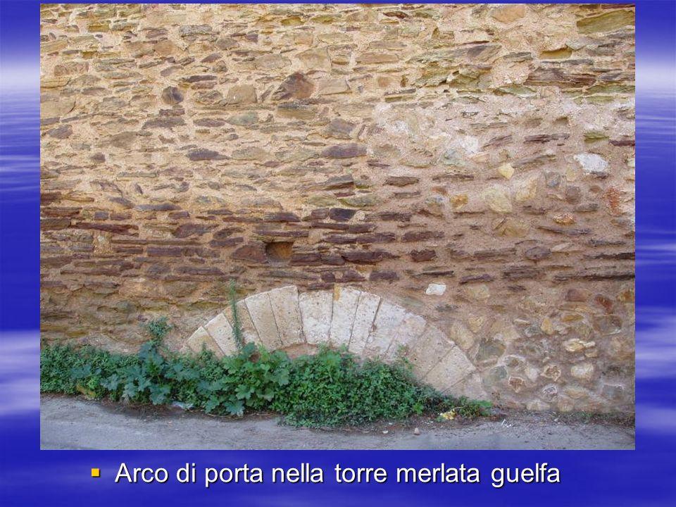 Arco di porta nella torre merlata guelfa