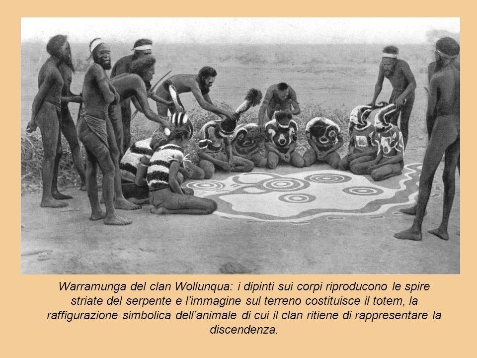 Warramunga del clan Wollunqua: i dipinti sui corpi riproducono le spire striate del serpente e l'immagine sul terreno costituisce il totem, la raffigurazione simbolica dell'animale di cui il clan ritiene di rappresentare la discendenza.