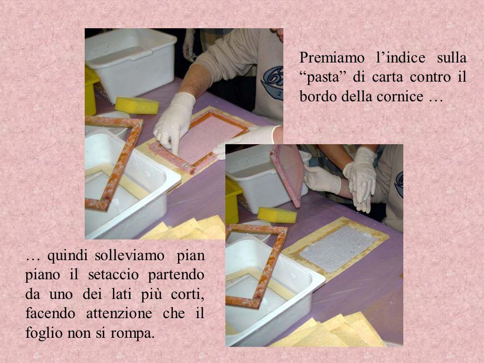 Premiamo l'indice sulla pasta di carta contro il bordo della cornice …