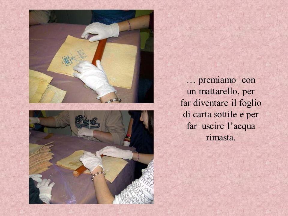 … premiamo con un mattarello, per far diventare il foglio di carta sottile e per far uscire l'acqua rimasta.