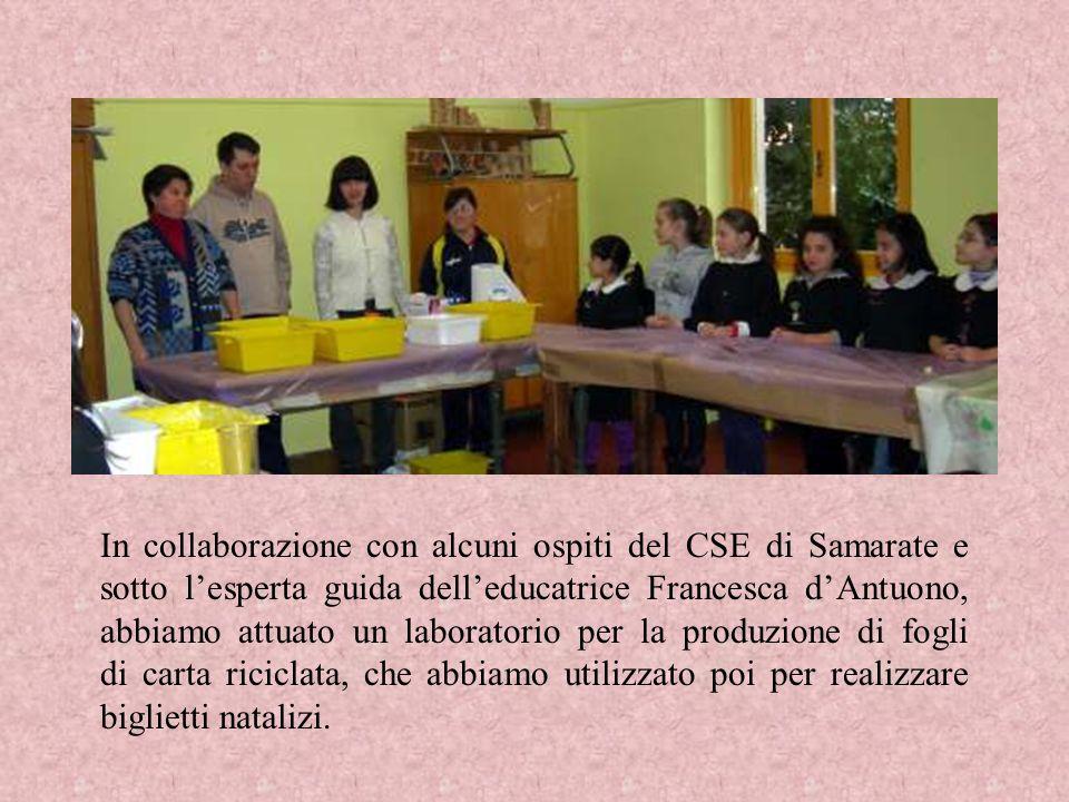 In collaborazione con alcuni ospiti del CSE di Samarate e sotto l'esperta guida dell'educatrice Francesca d'Antuono, abbiamo attuato un laboratorio per la produzione di fogli di carta riciclata, che abbiamo utilizzato poi per realizzare biglietti natalizi.
