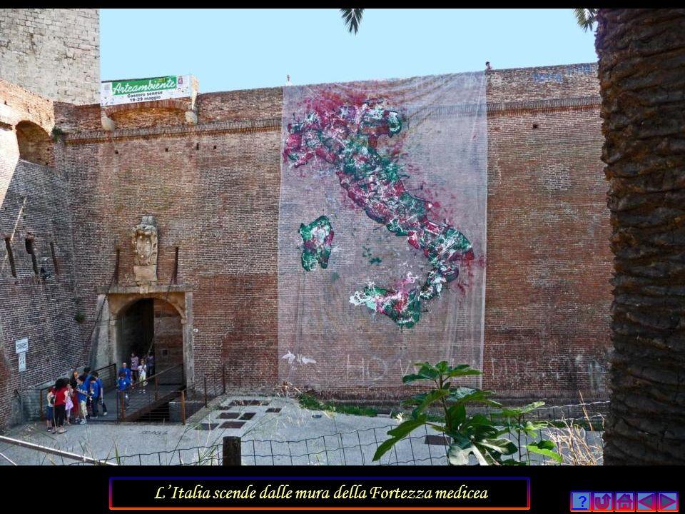 L'Italia scende dalle mura della Fortezza medicea