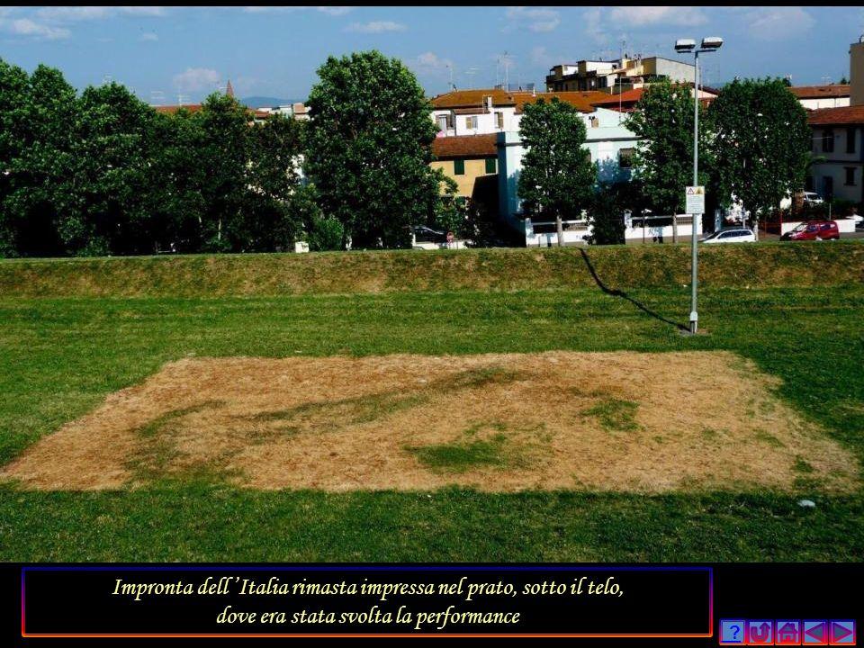 Impronta dell 'Italia rimasta impressa nel prato, sotto il telo,