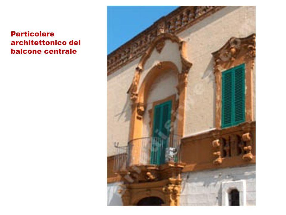 Particolare architettonico del balcone centrale