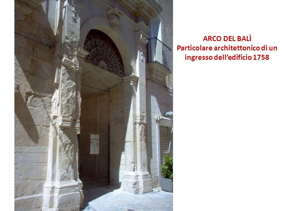 Particolare architettonico di un ingresso dell'edificio 1758
