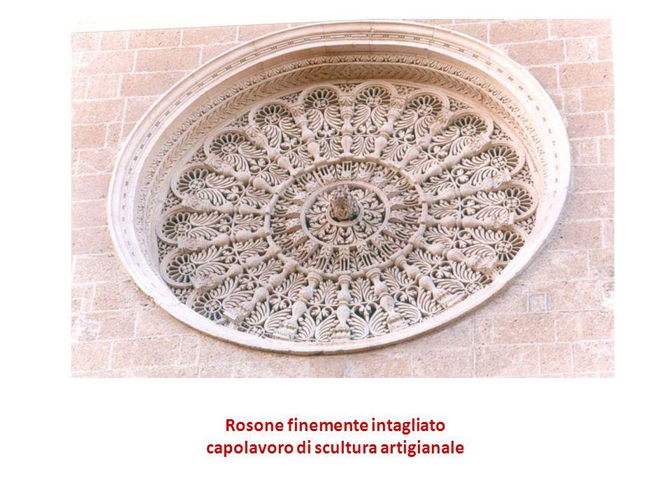 Rosone finemente intagliato capolavoro di scultura artigianale