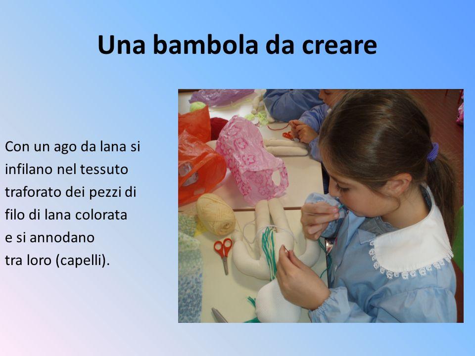 Una bambola da creare Con un ago da lana si infilano nel tessuto
